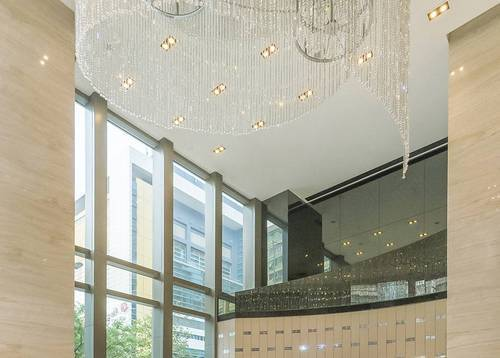 Lobby – daytime - Our spacious glass-walled lobby is bright and sunny all day