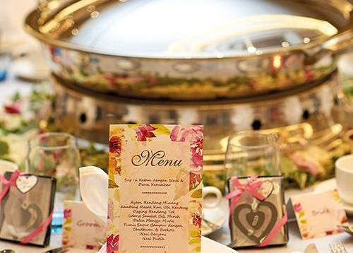 A perfect wedding table set-up with a Malay dome set